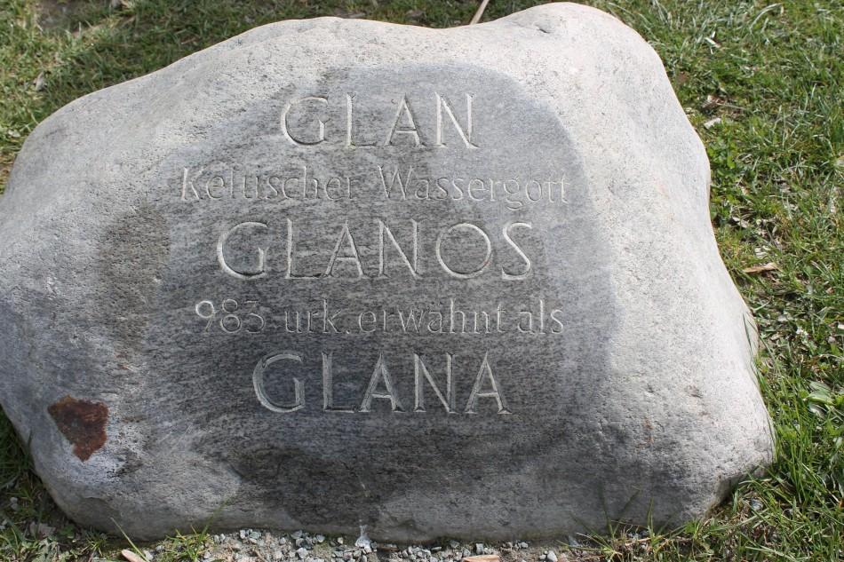 Namen der heutigen Sattnitz in Stein meißeln
